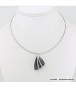 Collier pendentif triangulaire en métal gris foncé